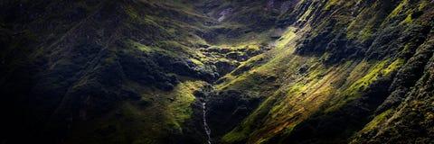 La depressione di passaggio leggera si appanna per rivelare il fiume della montagna fotografie stock