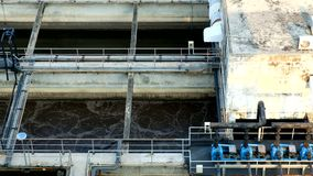 La depuradora de aguas residuales está en el proceso para controlar la calidad del agua antes de dren al río almacen de video