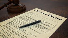 La derecha del decreto del papel del divorcio del mazo Imágenes de archivo libres de regalías