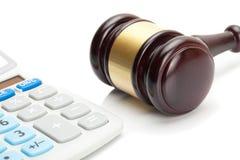 La derecha del mazo y de la calculadora del juez de madera al lado de ella Imagen de archivo