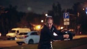 La derecha fresca de la demostración del fuego de la noche en la calle Funcionamiento hermoso mismo del individuo con los anillos almacen de metraje de vídeo