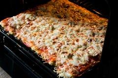 La derecha hecha en casa de la pizza del horno Fotografía de archivo