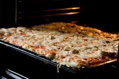 La derecha hecha en casa de la pizza del horno Imagen de archivo libre de regalías