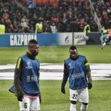 La derecha y Pogba de Juventus Asamoah de los jugadores se fueron en un calentamiento b imagen de archivo