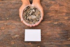 La derisione del Libro Bianco alta e le monete della pila in vetro hanno messo a disposizione per il sav Fotografia Stock Libera da Diritti