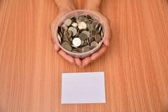 La derisione del Libro Bianco alta e le monete della pila in vetro hanno messo a disposizione per il sav Immagine Stock Libera da Diritti