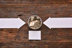 La derisione del Libro Bianco alta e le monete della pila in vetro per risparmiano i soldi e Immagine Stock