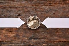 La derisione del Libro Bianco alta e le monete della pila in vetro per risparmiano i soldi e Fotografia Stock