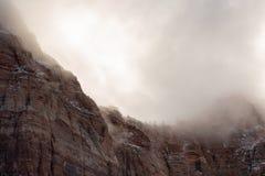 La deriva de nubes de tormenta del invierno sobre la nieve ató los acantilados elevados de la piedra arenisca roja del parque nac foto de archivo libre de regalías