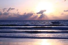 La dernière lumière du soleil sur la plage Photos libres de droits