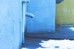 La descarga del agua en la entrada tubo Cierre para arriba Fotos de archivo