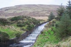 La descarga del agua en los trabajos de tratamiento de aguas de Fofanny en el Mourne occidental Mountians Imagen de archivo libre de regalías