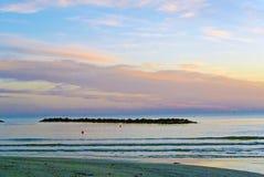La descarga en la playa de la arena Cielo hermoso de la salida del sol sobre el mar Imagen de archivo