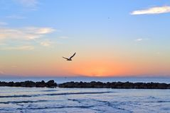 La descarga en la playa de la arena Cielo hermoso de la salida del sol sobre el mar Fotos de archivo