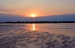 La descarga en la playa de la arena Cielo hermoso de la salida del sol sobre el mar Imágenes de archivo libres de regalías