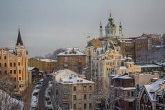 La descente d'Andrew et l'église de St Andrew par temps d'hiver l'ukraine photo stock