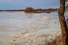 La descente de la glace au printemps sur la rivière en mars est un phénomène naturel contre le ciel et les nuages le soir photo libre de droits