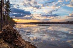 La descente de la glace au printemps sur la rivière en mars est un phénomène naturel contre le ciel et les nuages le soir images libres de droits