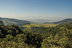 La descripción de colinas y los picos cubiertos por los bosques en el Itatiaia parquean Fotografía de archivo