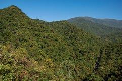 La descripción de colinas y los picos cubiertos por los bosques en el Itatiaia parquean Fotos de archivo
