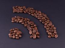 La designazione di Internet ? allineata con i grani di caff? arrostito nero fotografie stock libere da diritti