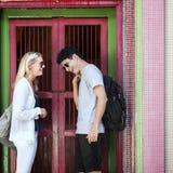 La destination de couples de coupure explorent le concept d'été de paix photo libre de droits