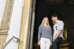 La destination de couples de coupure explorent le concept d'été de paix Images libres de droits