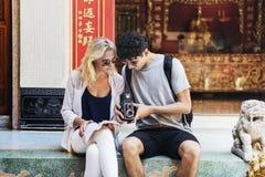 La destinazione delle coppie della rottura esplora il concetto dell'estate di pace Fotografia Stock