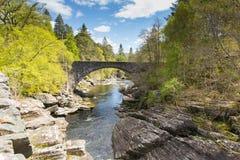 La destinazione turistica scozzese BRITANNICA della Scozia del ponte di Invermoriston attraversa le cadute spettacolari di Morist Immagini Stock