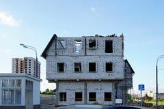 La destrucción de un edificio de varios pisos La casa del bloque de espuma sin las ventanas y la fachada Quebrado y desmontado el fotografía de archivo libre de regalías