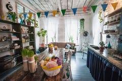 La desván-casa se adorna para Pascua Hogar de la decoración de Pascua foto de archivo