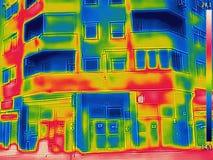 La detección de pérdida de calor fuera del edificio usando la termal vino fotos de archivo
