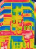 La detección de pérdida de calor fuera del edificio usando la termal vino imagenes de archivo