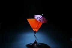 la deuxième fois 5 enroule l'exposition d'ampoule d'aka du liquide orange dans une glace de martini image libre de droits