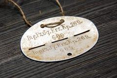 La deuxième guerre mondiale Insigne d'armée d'identification de soldat allemand sur un fond en bois noir Image stock