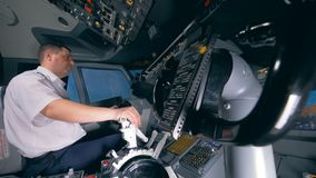 La deuxième roue de contrôle se déplace simultanément avec le premier contrôlé par un pilote clips vidéos