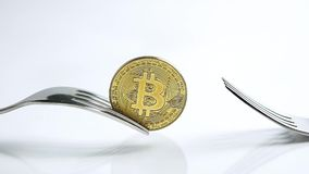 La diapositiva enfoca en el tiro del foco del concepto de la bifurcación de Bitcoin en el fondo blanco con la reflexión metrajes