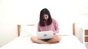 La dieta asiática de la mujer y adelgaza con la cintura de medición para el peso aislado en el fondo blanco almacen de metraje de vídeo