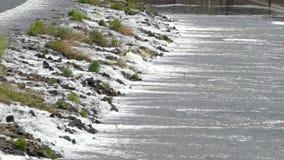 La diferencia de la altura en el río umbral almacen de metraje de vídeo