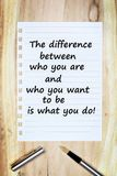 La differenza fra cui siete e chi volete per essere è che cosa fate su carta Fotografie Stock