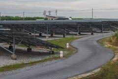 La difficulté à énergie solaire saisissent la Thaïlande avec la route de courbure photographie stock