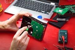 La difficulté de spécialiste en réparation d'ordinateur le HDD photo stock