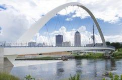 La diga del fiume di Des Moines ed il ponte pedonale del centro Fotografia Stock Libera da Diritti