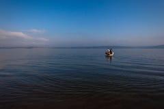 La diga della barca innaffia il blu di orizzonte Fotografie Stock