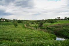 La diga dello stagno su Malaya Tokmachka River fotografie stock libere da diritti