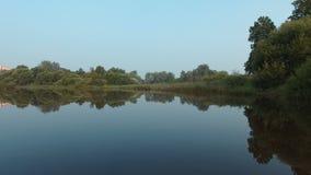 La diga dopo la pioggia sul fiume video d archivio