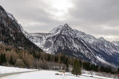 La diga e Maloja di Albigna passano la strada, Svizzera Fotografie Stock Libere da Diritti