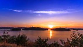 La diga ed il lago a tempo di tramonto, in Tailandia stock footage
