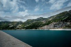 La diga enorme nel Maltatal austriaco con le montagne, fiume e vede fotografie stock