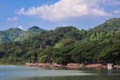 La diga salva la montagna dell'acqua della zattera di paesaggio Immagine Stock Libera da Diritti